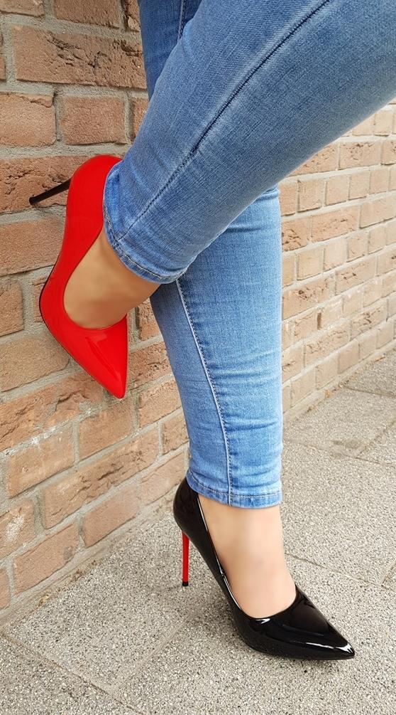 Rood met zwarte pumps