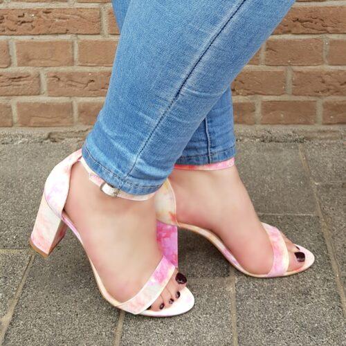 Tie dye sandaal met blokhak roze oranje geel | Veelkleurige sandaaltjes met stevige hak en enkelbandje