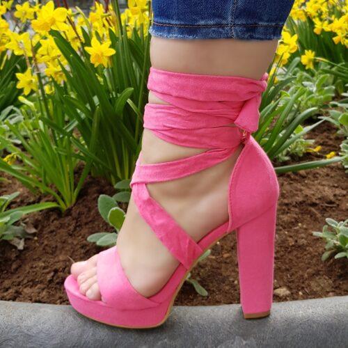 Roze sandalen met lange veters en blokhakken Fel roze blokhakken met lange wikkelbanden
