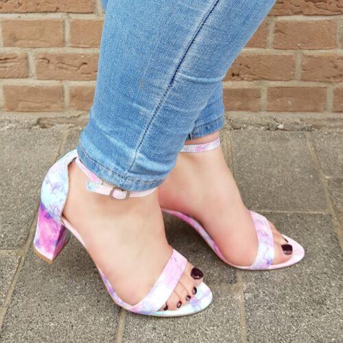 Tie dye sandaal met blokhak paars roze turquoise Veelkleurige sandaaltjes met stevige hak en enkelbandje