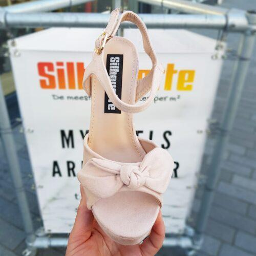 Beige sandalen met stevige hak en strik | Dames sandaal in ecru met bredere hak en plateau