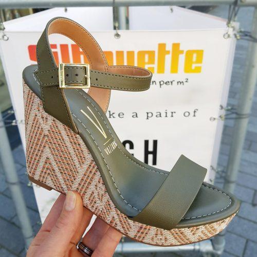Kaki sleehakken met Ibiza-print op de zool | Sleehakken kaki groen met zacht voetbed Vizzano