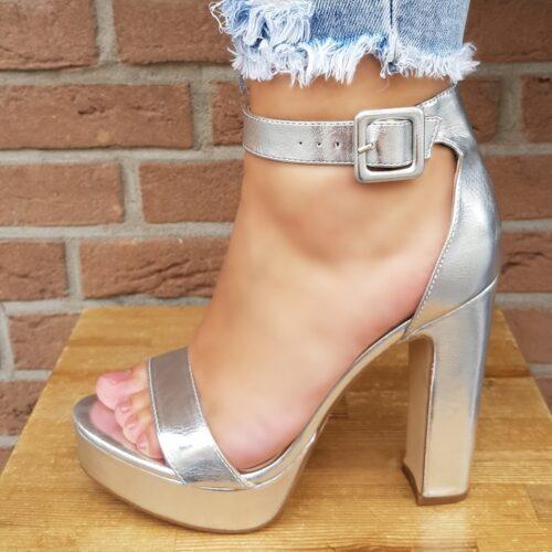 Sandalen in zilver met brede hak en plateau