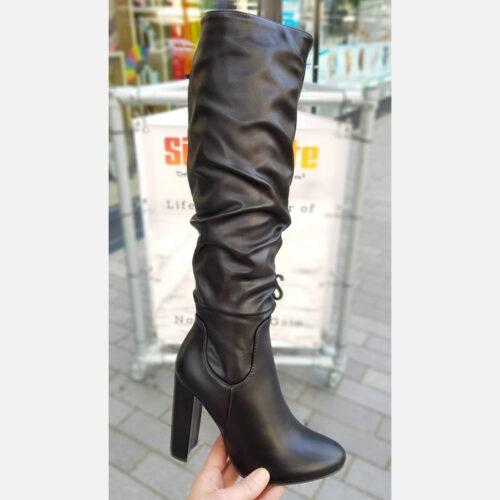 Zwarte knielaarzen met ronde neus en brede hak geplooid | Zwarte laarzen tot onder de knie met hak